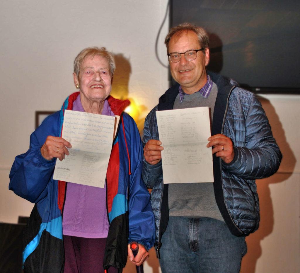 Frau Dittus überreicht Bernd Binsch ihre gesammelten Unterschriften zur Aktion 22